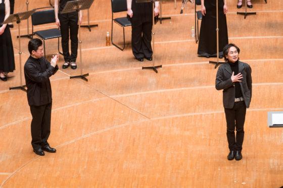 【写真】最後のアレルヤを作曲された権代敦彦さんが、舞台上に上がって拍手を受けている様子。合唱指揮をされた西川さんも大きな拍手を送っていらっしゃいます。