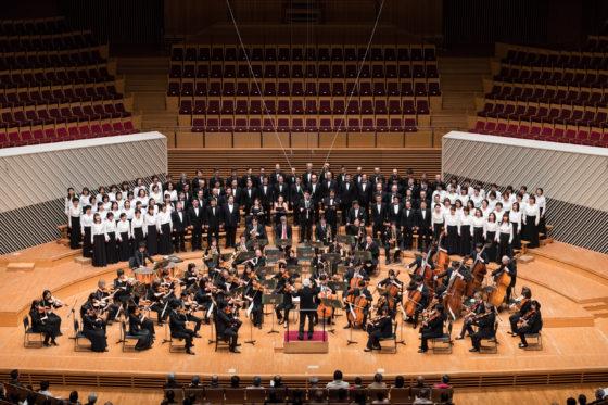 【写真】舞台全景。オーケストラの後ろに東響コーラスが整然と並んでいます。