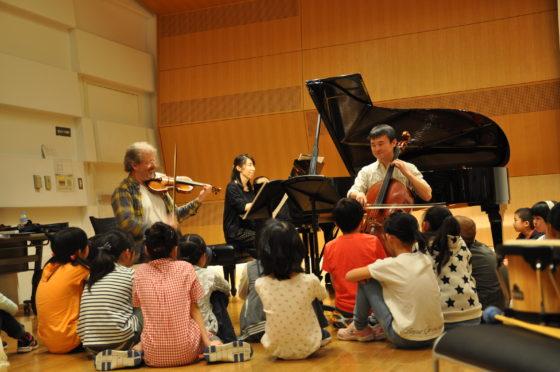 【写真】ファシリテーターたちの演奏を聴く子どもたち。