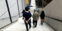 【写真】謎作家と歩くミューザはまた景色が違います。