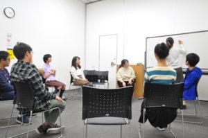 【写真】中高生チーム。ホワイトボードを囲んで、その時流れた音楽について意見を出し合います。