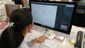 【写真】ミューザのデスクトップPCを使って作業。