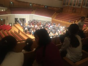 【写真】ホールでリハーサル鑑賞。オーケストラのサイドの席で、音を間近に感じます。