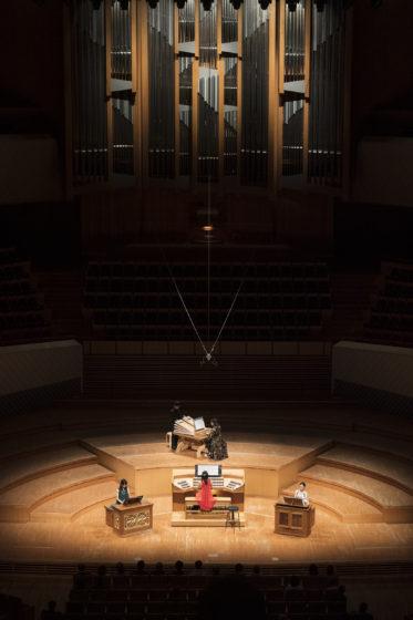 【写真】舞台上真ん中奥に迫を上げてレガールを設置。その手前にリモートコンソール。リモートを挟むようにして2台のポジティフオルガンが左右に設置されています。
