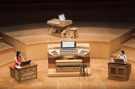 【写真】2台のポジティフオルガンを使っての演奏。