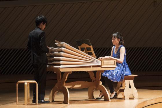 【写真】レガールを演奏する大木麻理さんと、ふいごを操作するアシスタントの内田光音さん。
