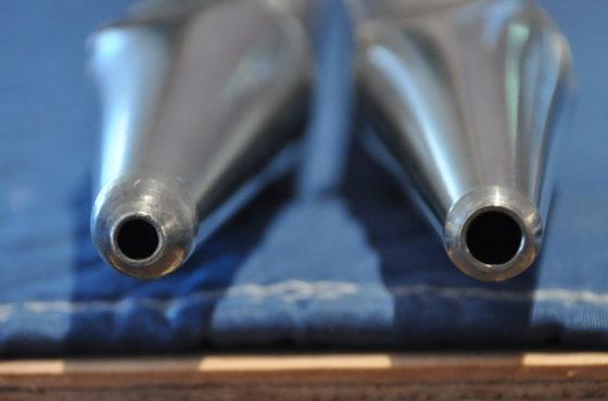 【写真】作業後と作業前のパイプの穴。