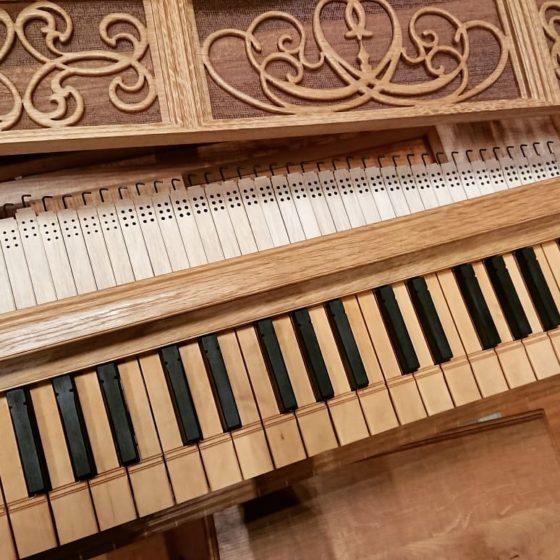 【写真】レガールの鍵盤とふたの内側に隠されたパイプ群。