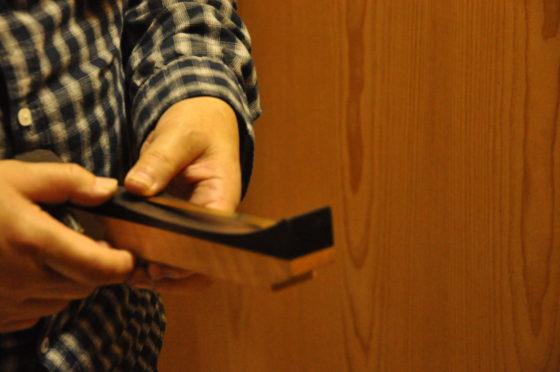 【写真】特別な道具に板をあわせ、カーブの具合を確認。