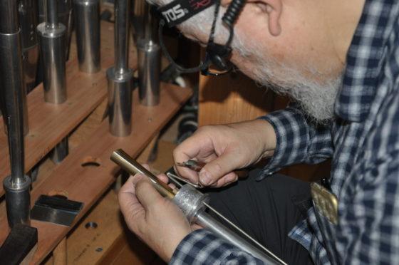 【写真】リード管内部を調整する横田さん。パイプを分解すると、音が鳴る機構が見えます。
