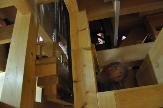 【写真】階下から伸びるパイプを外す横田さん。