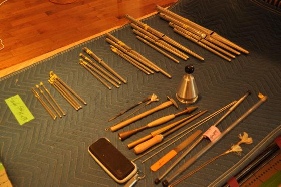【写真】パイプの横に、整音に使う道具が並んでいます。