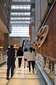 【写真】ビルの入り口からホールエントランスに向かって歩きます。