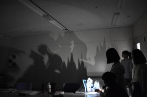 【写真】光をあてて影がどんな風になるのかお試し。