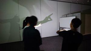 【写真】影を使うとどうなるか、部屋を暗くして実験しました。