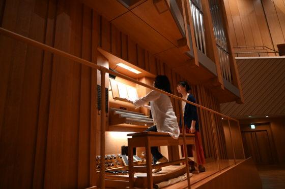 【写真】オルガンを弾く松居さん。