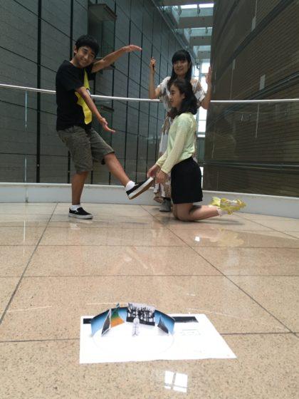 【写真】自分たちが展示場所に立ち、サイズ感を確認。