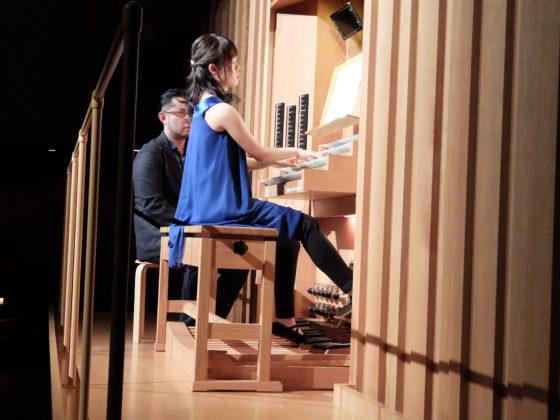 【写真】ミューザのオルガンを弾く鈴木さん。