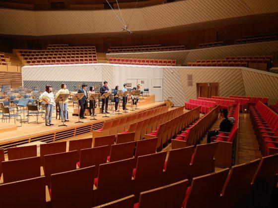 【写真】ファンファーレのリハーサル風景。舞台前面に奏者が立って演奏しました。
