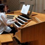 【動画キャプチャ画像】オルガニストがオルガンのリモートコンソールを使い舞台上でオルガンを演奏している様子